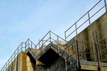 Scale di servizio di una struttura industriale in cemento armato.