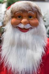 Kopf einer Weihnachtsmann-Figur mit weißem Bart