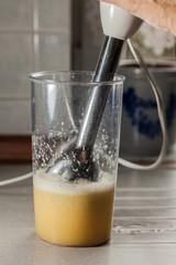Zubereitung eines Ingwershots mit dem Pürierstab