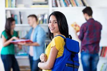 Junge türkische Studentin in der Uni-Bibliothek