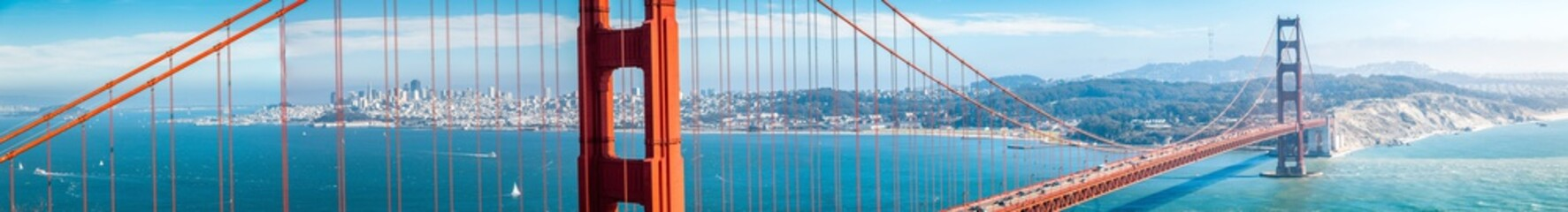 Foto op Plexiglas Amerikaanse Plekken Golden Gate Bridge panorama with San Francisco skyline in summer, California, USA
