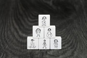 Würfelpyramide mit Kinderbildern