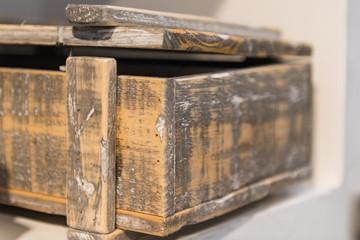 Ausschnitt einer Holzkiste mit leicht geöffnetem Deckel