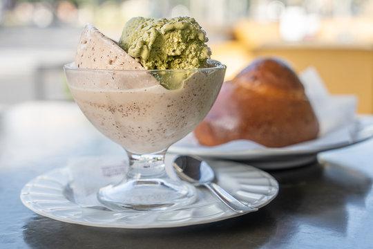 Granita siciliana al gusto di mandorla tostate e pistacchio con brioche sullo sfondo