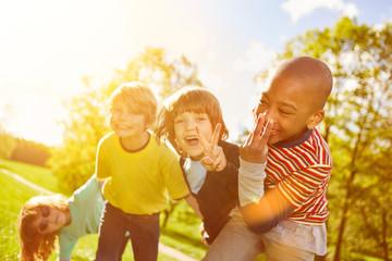 Kinder haben zusammen Spaß im Sommer