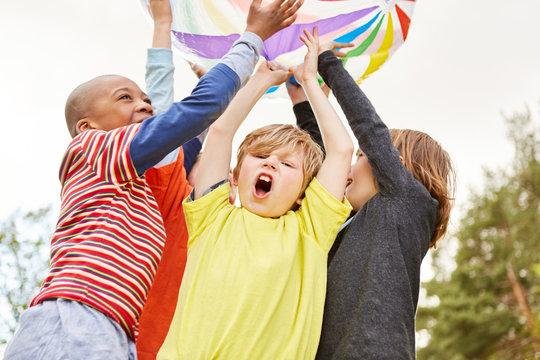 Kinder freuen sich und jubeln als Gewinner