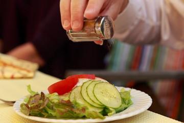 Salat im Restaurant nachwürzen