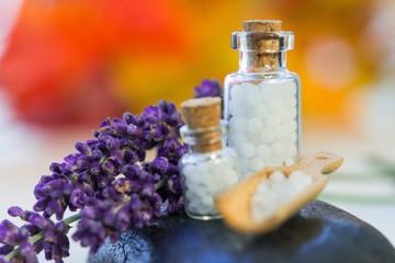 Closeup Globuli in Kelle mit Lavendel