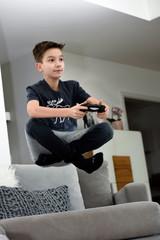 Junge schwebt beim Konsole spielen