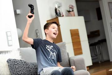 Junge gewinnt beim Konsole spielen