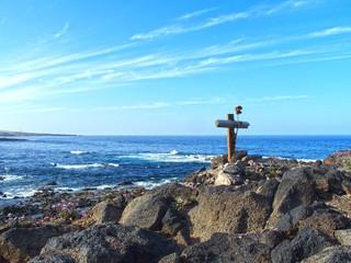 Foto auf AluDibond Himmelblau romantic background of lonely cross on the seashore, sea and blue sky