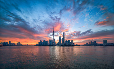 Sonnenaufgang hinter der Pudong Skyline, Shanghai, China