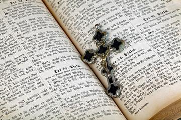 Kreuz liegt in der Bibel