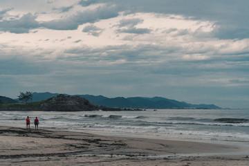 Dia nublado na praia