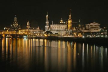 Dresden vom rechten Elbufer in der Nacht