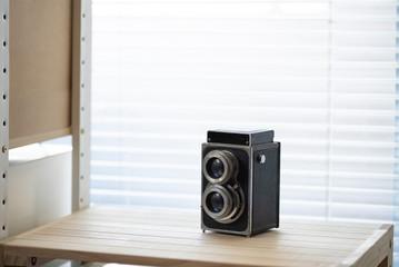 窓際の古いカメラ