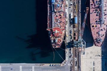 大規模な造船所と建造中の大型船の空撮写真。
