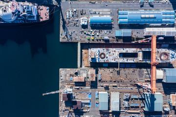 大型の造船所に停泊しているタンカー船。