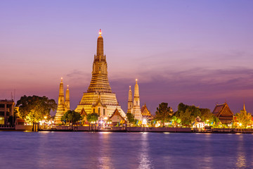 Fotobehang Temple Wat Arun Ratchawararam Ratchawaramahawihan with reflections on the river in sunset time