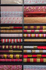 Geschenkpapier und Geschänkbänder im Wandregal