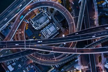 夜の都市高速の風景