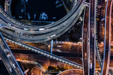 高速道路が円を描きながら重なり合う美しい夜景