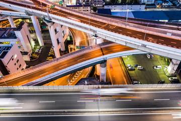 高速道路を走るトラックや乗用車のスピード感溢れる空撮