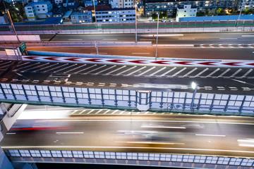 道路を走る車のスピード感ある写真