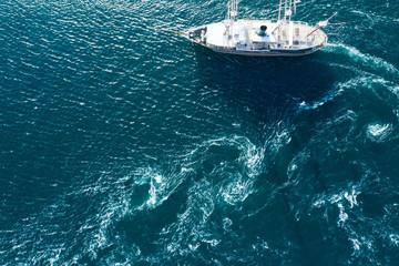 美しい海を一隻の船が走る