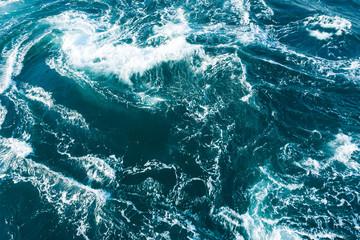 白い波がぶつかり合う荒々しい海の風景