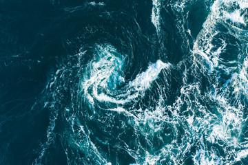 白い波が渦を巻いている海の風景