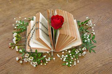 Bibel mit Rose und Rosenkranz