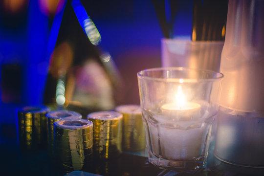 tavolino elegante di locale notturno con candela