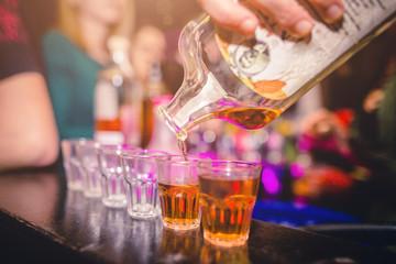 Obraz     Vita notturna. Locale discoteca con persone che festeggiano con musica e cocktails - fototapety do salonu
