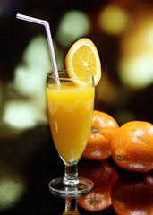 Una copa con zumo de naranja natural.