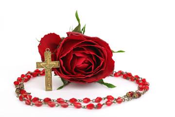 Rote Rose mit rotem Rosenkranz