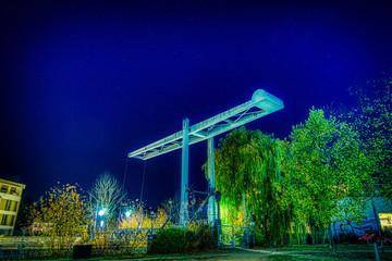 Nachtaufnahme der Fussgänerbrücke an der Mühle in Berlin Tegel