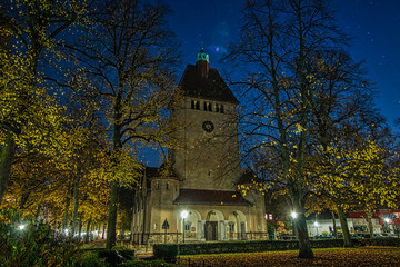 Nachtaufnahme der beleuchteten historischen Dorfkirche in Berlin Tegel