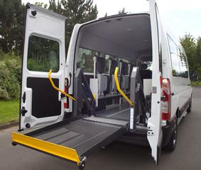 Moderner Transporter für behinderte Menschen mit Rollstuhllift