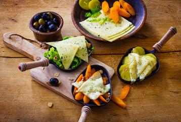 Raclette käse geschmolzen mit Gemüse