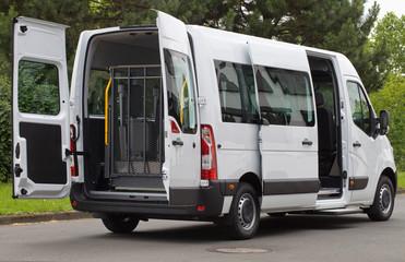 Moderner Transporter für behinderte Menschen mit eingeklapptem Rollstuhllift