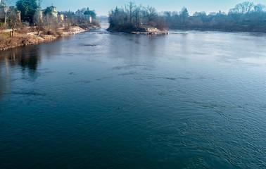 La calma placida del fiume scorre lentamente