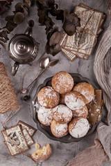 пряники с сахарной пудрой в серебряной тарелке
