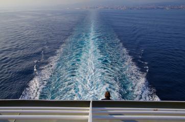 Kielwasser von Kreuzfahrtschiff auf hoher See