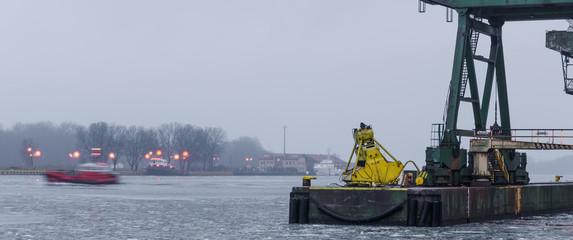 Fond de hotte en verre imprimé Port SEAPOPRT - Morning at the transshipment wharf in Swinoujscie