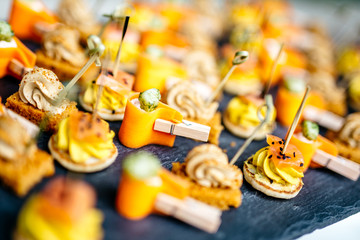 Fine, colorful and quality food for cocktails and receptions. Succulent preparations to put in the mouth and enjoy moments with friends