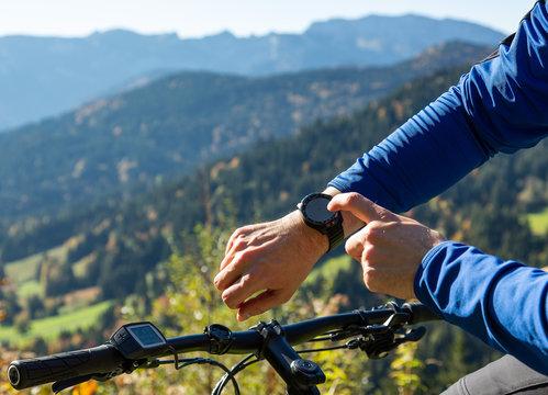 GPS Navigation mit Smartwatch beim Moutainbiken