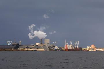 Fond de hotte en verre imprimé Port Industrial buildings in a harbor of Amsterdam, Netherlands