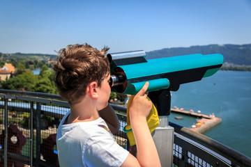 Fernsicht mit Teleskop vom Leuchtturm auf den Bodensee auf der Insel Lindau, Bayern, Deutschland