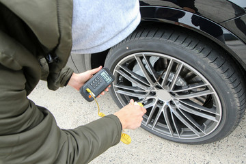 Picture of a measurement of the temperature of the car brakes. Performed by the electronic thermometer.